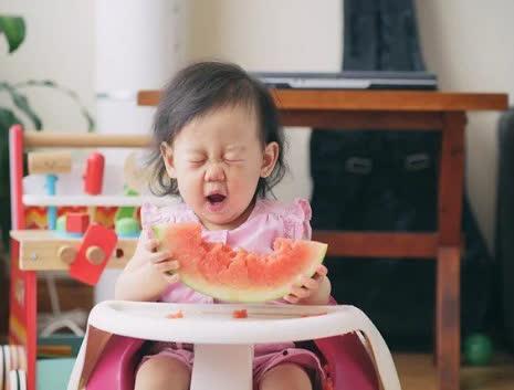 7 lợi ích bất ngờ khi cha mẹ cho bé ăn dưa hấu trong mùa nắng nóng - Ảnh 1
