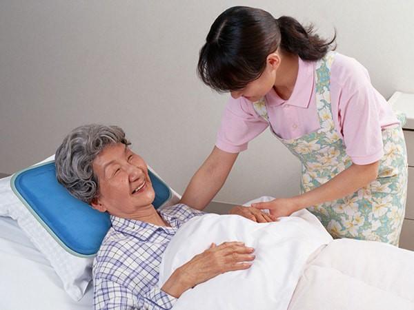 Chuyên gia hướng dẫn bài tập hỗ trợ chức năng bệnh nhân sau đột quỵ - Ảnh 1