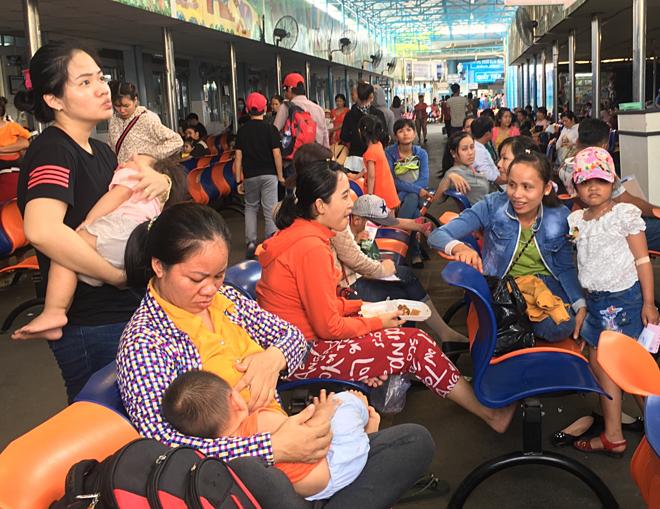Nhiều người già, trẻ em TP HCM nhập viện do nắng nóng - Ảnh 1