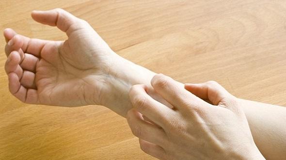 Nếu thiếu vitamin B12, tay chân sẽ thường xuyên bị mất cảm giác và ngứa ran