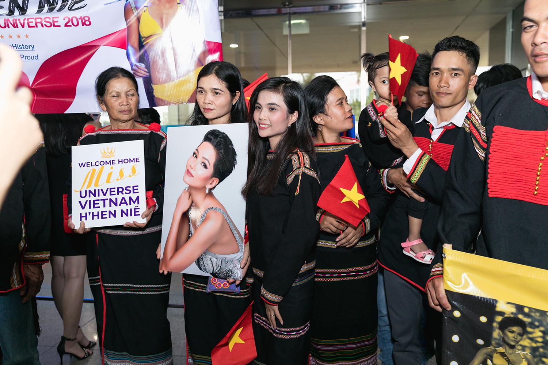 Top 5 Hoa hậu Hoàn vũ 2018 H'Hen Niê mặc đồ Ê-Đê, cầm bánh mì khi về Việt Nam - Ảnh 3