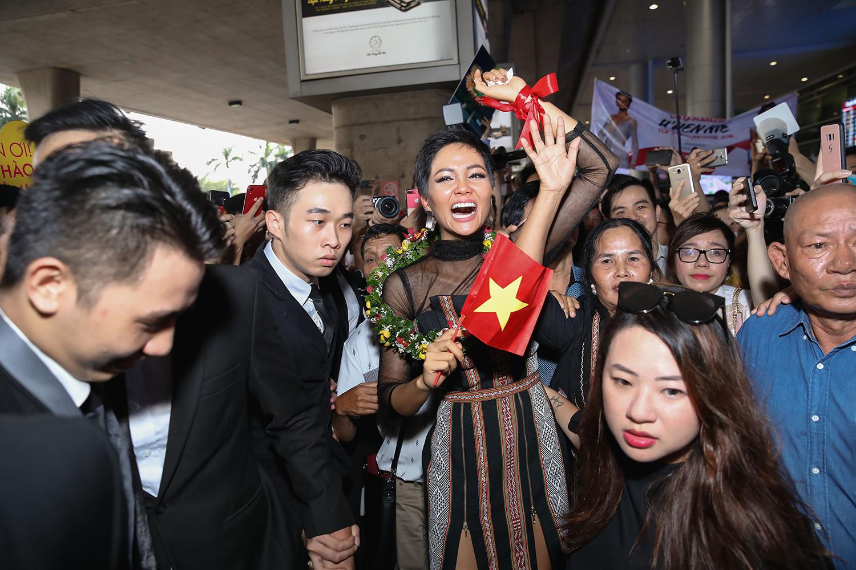 Top 5 Hoa hậu Hoàn vũ 2018 H'Hen Niê mặc đồ Ê-Đê, cầm bánh mì khi về Việt Nam - Ảnh 6