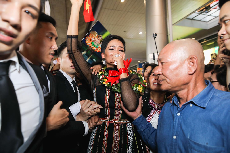 Top 5 Hoa hậu Hoàn vũ 2018 H'Hen Niê mặc đồ Ê-Đê, cầm bánh mì khi về Việt Nam - Ảnh 7