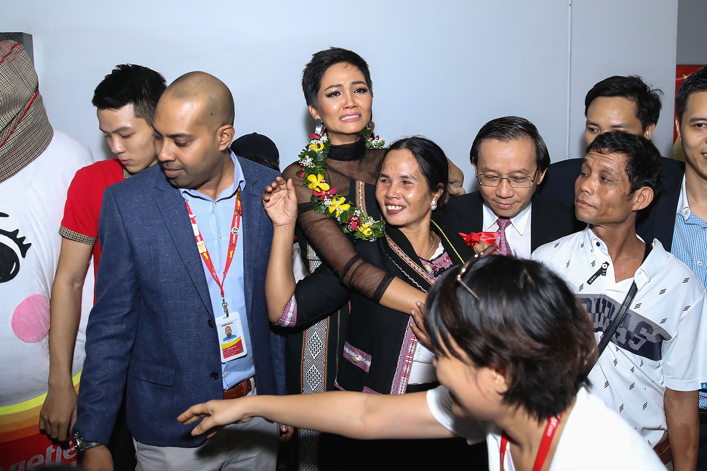 Vừa trở về từ Miss Universe, H'Hen Niê đã dành 100% tiền thưởng làm từ thiện - Ảnh 2