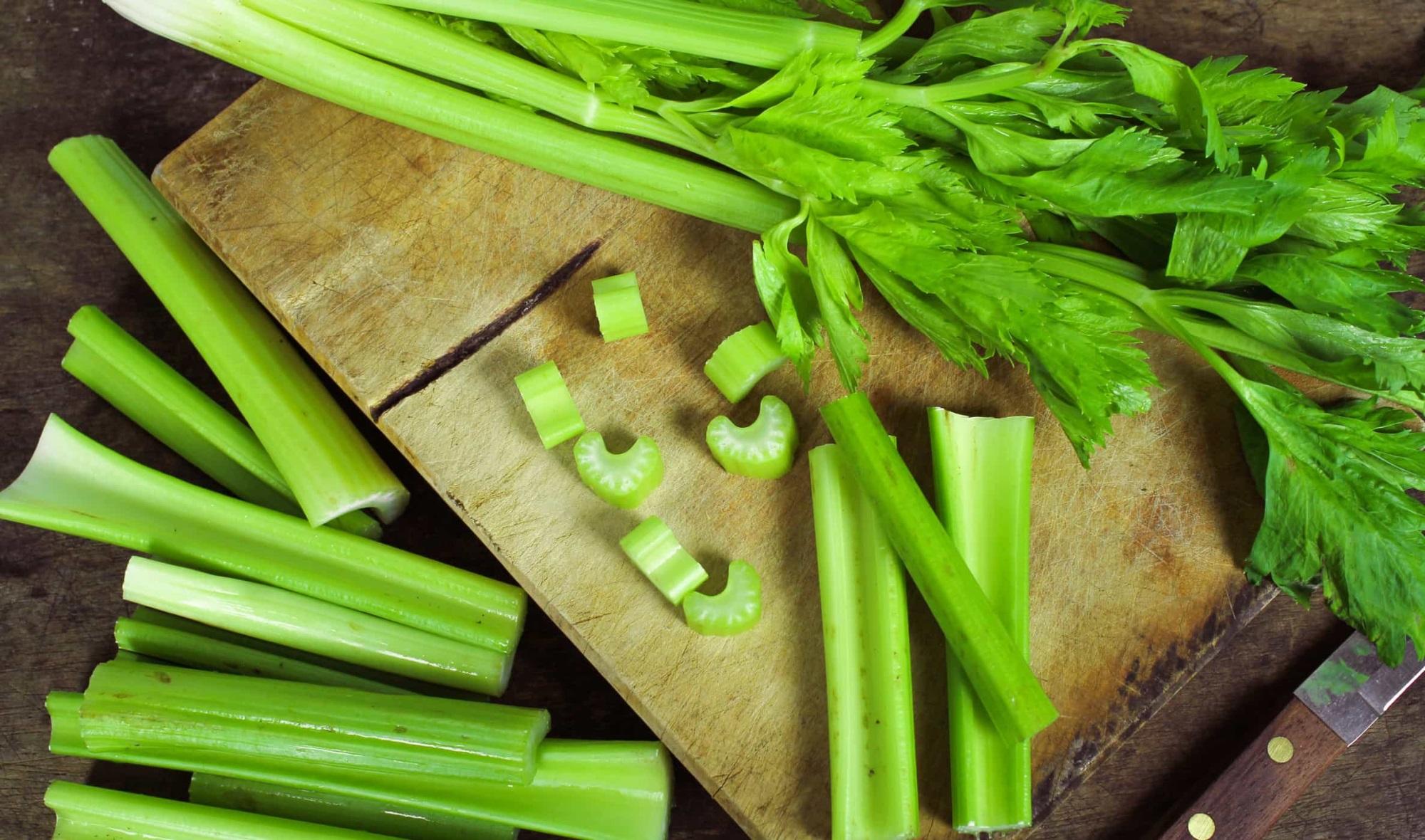 Cần tây chứa nhiều vitamin K cùng nhiều khoáng chất có tác dụng điều hòa máu và giảm huyết áp