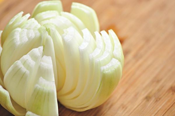 Hành tây là một trong những loại rau củ quen thuộc trong bữa ăn hàng ngày của người Việt