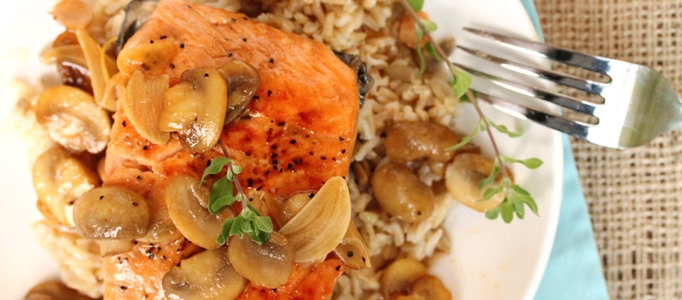 Món cá hồi sốt nấm với nguồn vitamin D dồi dào có tác dụng tăng cường hấp thu canxi cho cơ thể, từ đó phòng ngừa bệnh loãng xương hiệu quả
