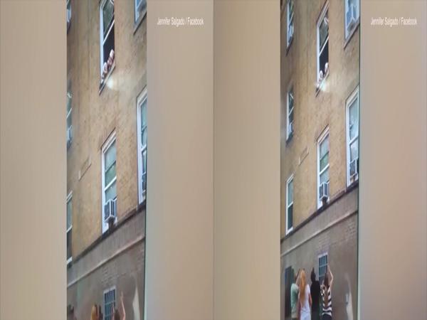 Đứng tim clip hai đứa trẻ treo lủng lẳng ngoài khung cửa sổ tầng 3  - Ảnh 1