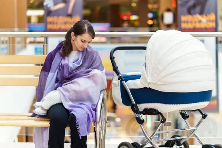Cho con bú nơi công cộng: Những mẹo nhỏ giúp mẹ bỉm sữa giải quyết lịch sự và dễ dàng - Ảnh 1