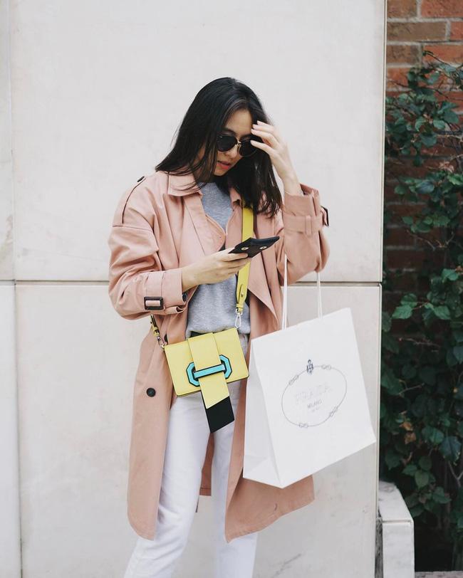Muốn vẻ ngoài thêm trẻ trung, nữ tính và ngọt ngào, các nàng hãy học tập quý cô này, mix&match những items mang gam màu tươi sáng, khoác ngoài áo trench coat tông nude rồi nhấn nhá chiếc túi xách thật nổi bật.