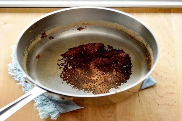 Chỉ với một ít muối ăn, bạn có thể hoàn toàn xử lý sạch xoong chảo bị cháy khét