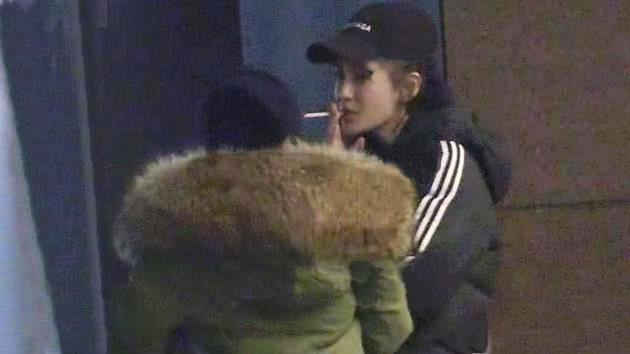 Hình ảnh Angelababy hút thuốc bên ngoài bệnh viện.