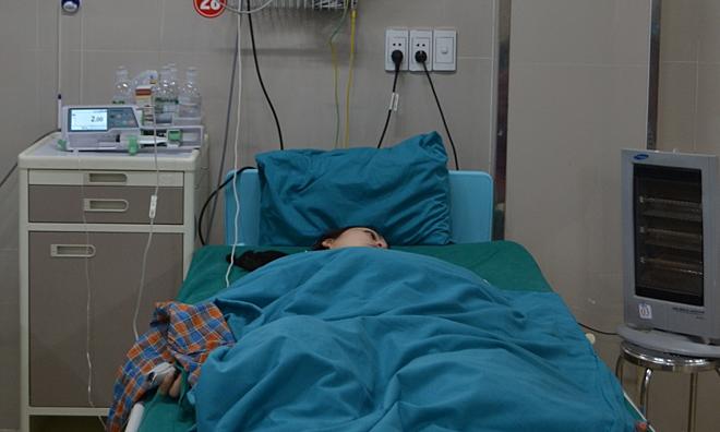 Bác sĩ trắng đêm nối cổ tay đứt rời cho bệnh nhân - Ảnh 1
