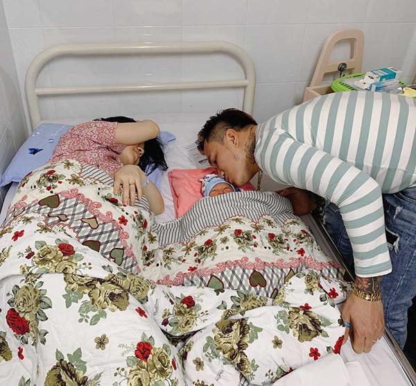 Lâm Chấn Huy nấu ăn, mang vào bệnh viện thăm vợ con lúc 2h sáng.