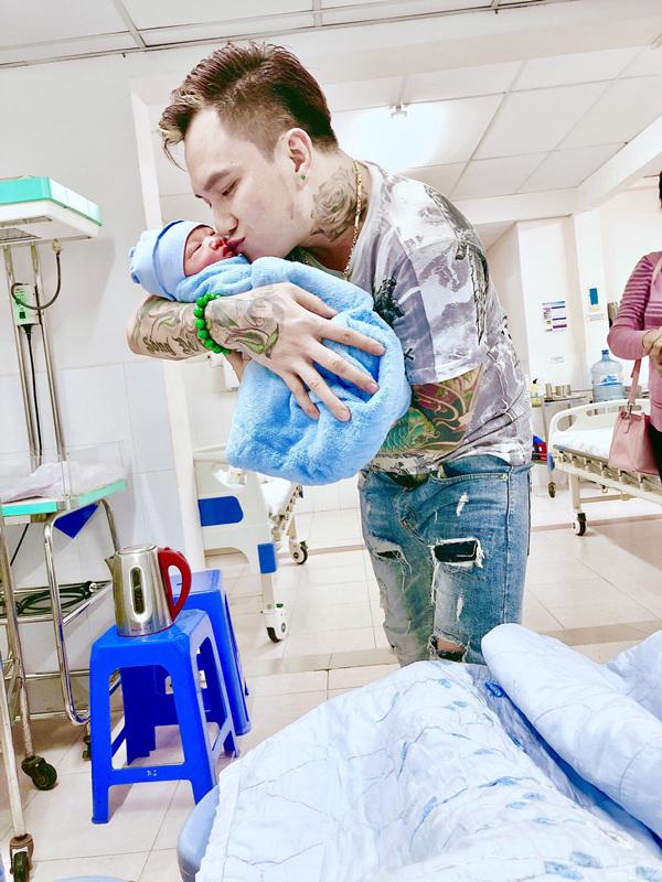 Nam ca sĩ mừng rõ hôn con trai đầu lòng.