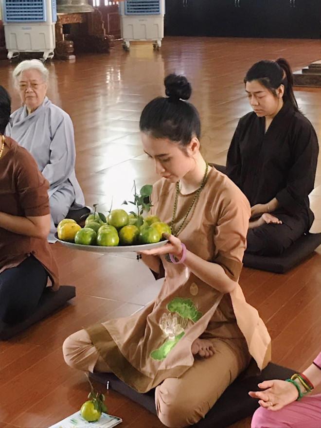 Angela Phương Trinh ăn chay trường, đi chùa tụng kinh, không khoe thân - Ảnh 2