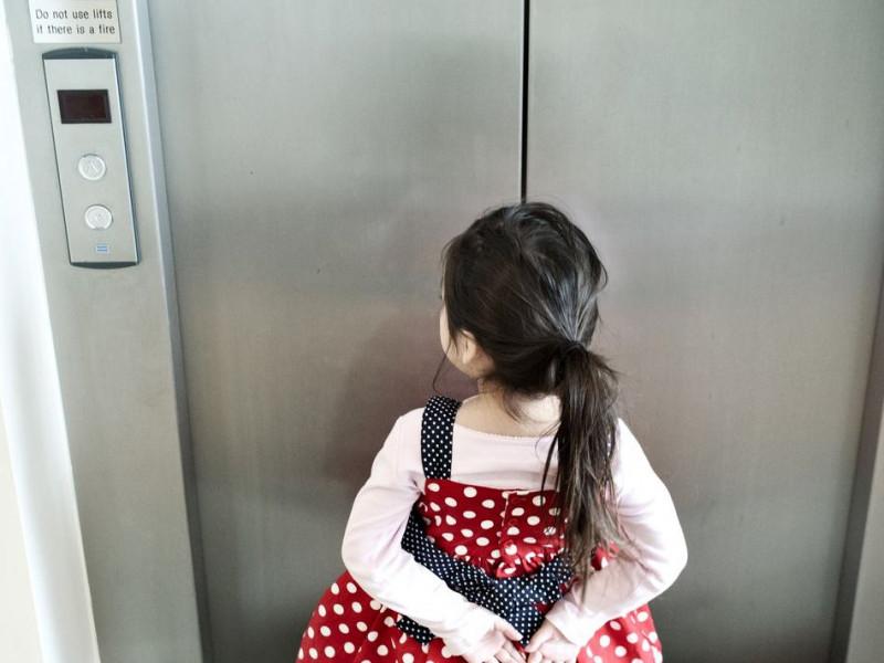 Làm sao để con được an toàn khi đi thang máy một mình? - Ảnh 2