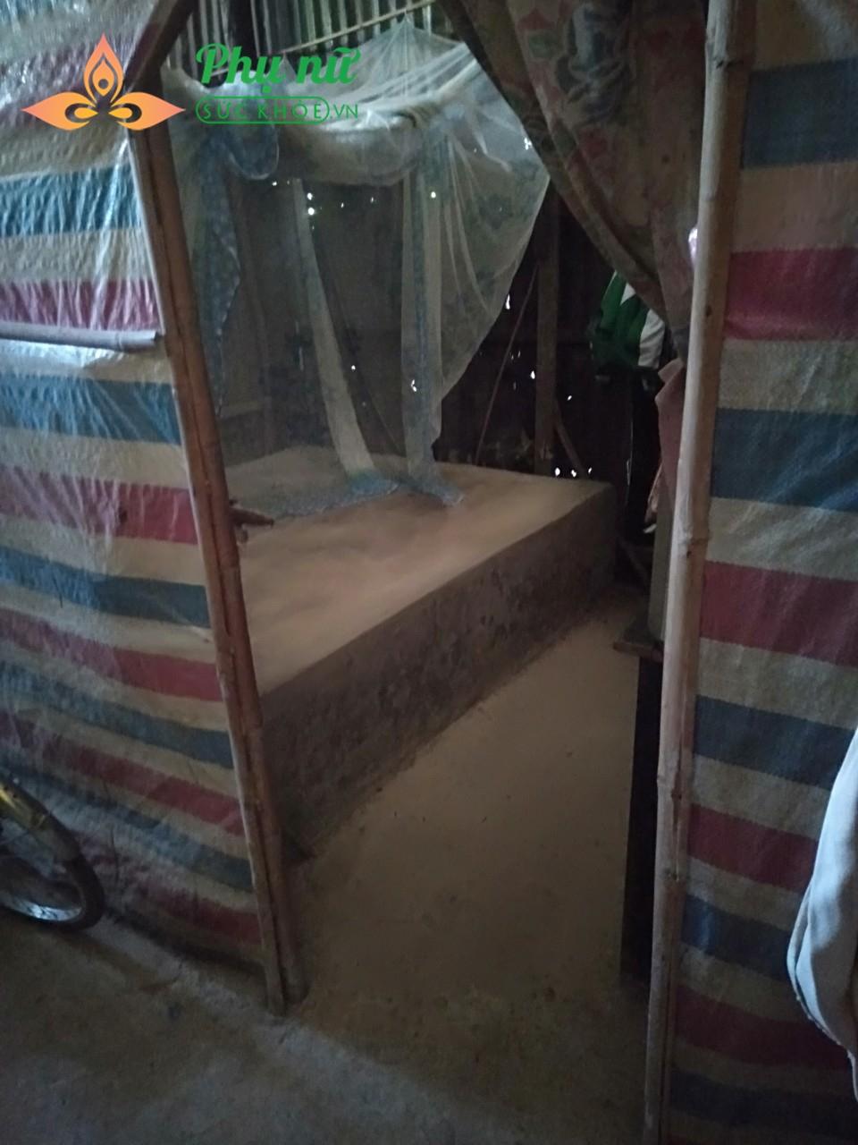 Căn nhà chắp vá từ những tấm bạt và tôn thiếc là nơi ăn chốn ở của đại gia đình (Bà, con gái, 3 cháu nhỏ)