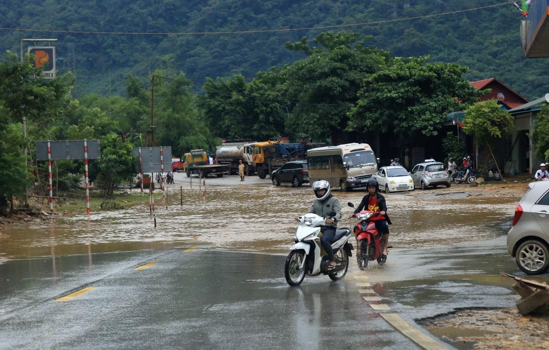Dự báo thời tiết ngày 22/5: Tây Bắc, Việt Bắc và Trung Bộ mưa, nguy cơ sạt lở, ngập úng - Ảnh 1