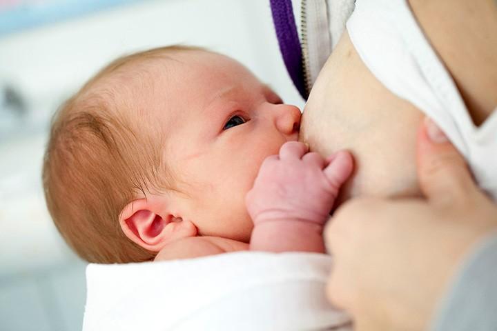 Những 'bí kíp' mẹ nên 'bỏ túi' khi chăm sóc trẻ sơ sinh 1 tháng tuổi - Ảnh 2