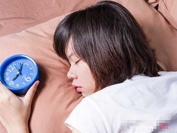 Ngủ ít không tốt, nhưng nếu ngủ quá nhiều cũng sẽ gây ra những tác hại khôn lường - Ảnh 1