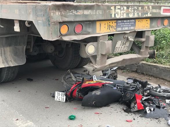 Xe container đi lùi đâm chết nữ sinh dừng xe máy ven đường - Ảnh 1