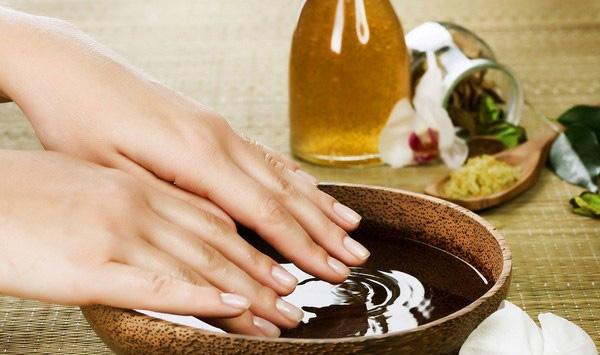 Tinh dầu không những giúp bổ sung dưỡng chất cho móng tay mà còn làm cứng và bóng móng hơn