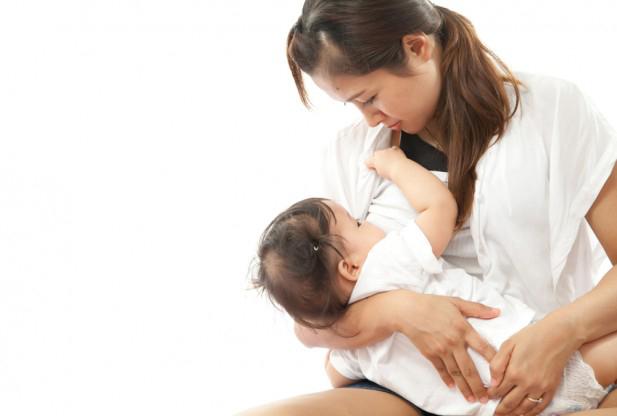 Cho trẻ bú no sẽ giúp trẻ dễ dàng đi vào giấc ngủ và ít thức đêm