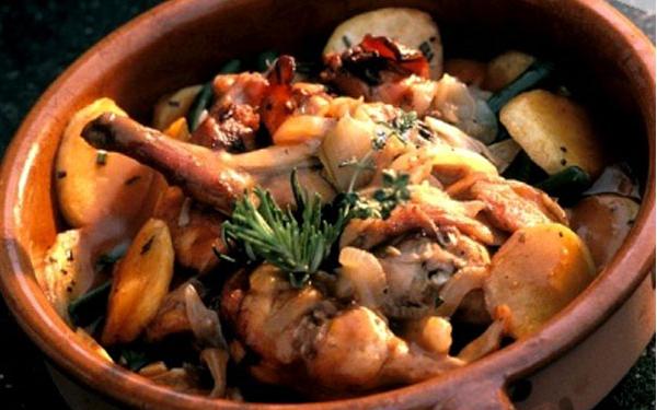 Dùng món canh thịt thỏ nấu thuốc bắc trong bữa ăn hàng ngày để cải thiện tình trạng suy nhược do ăn uống kiêng khem