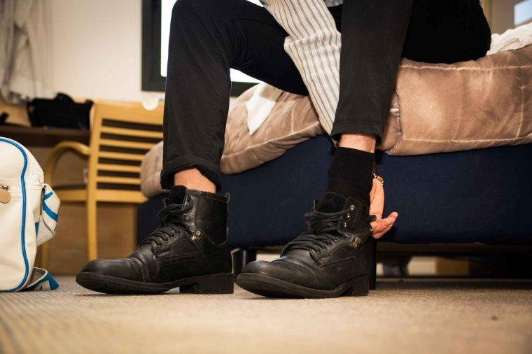 Thói quen đi giày trong nhà dễ gây nhiễm khuẩn - Ảnh 1