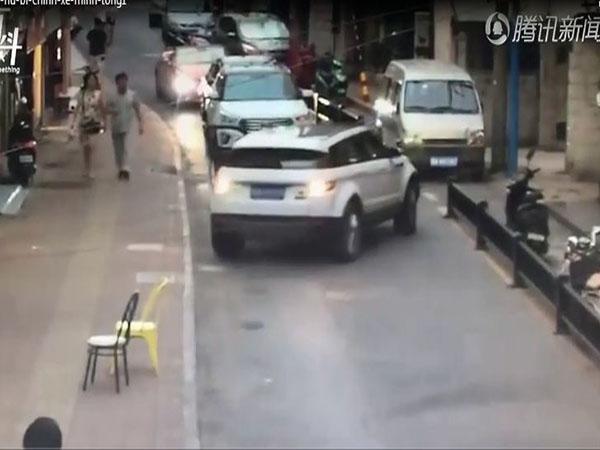 Thót tim clip nữ tài xế bị chính xe ô tô của mình chèn lên người vì quên dừng đỗ - Ảnh 1