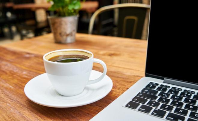 Bà bầu hạn chế sử dụng cà phê quá nhiều, hạn chế tiếp xúc các thiết bị điện tử và wifi. Ảnh: newyorkertips