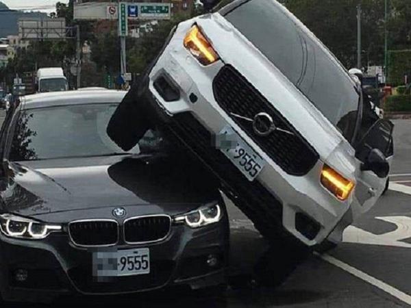 Ghen tuông, vợ lái xe lao thẳng vào ô tô của chồng đang chở nhân tình - Ảnh 1