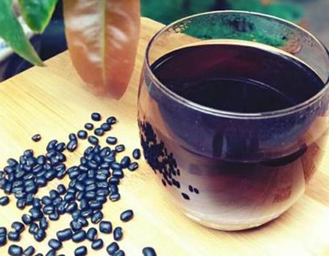Bạn nên uống nước đậu đen xanh lòng rang mỗi ngày để thanh lọc cơ thể và bổ sung đầy đủ dưỡng chất cần thiết cho mái tóc