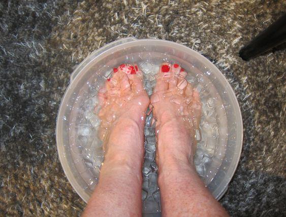 Ngâm chân vào nước đá lạnh có lợi cho sức khỏe.