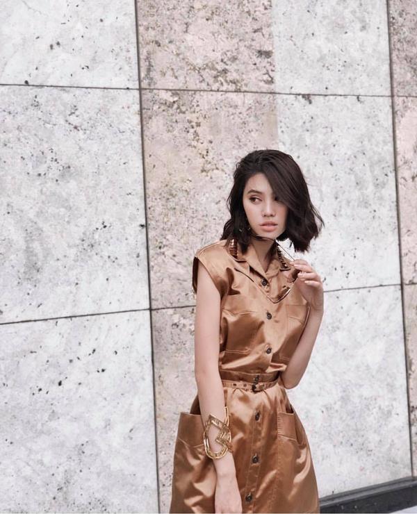 Nâu ánh đồng là tông màu nổi bật ở xu hướng thời trang thu đông 2018, Jolie Nguyễn cũng nhanh nhạy trong việc cập nhật trào lưu thịnh hành. Ngoài trang phục bắt mắt, người đẹp còn chọn phụ kiện ton-sur-ton để phối đồ.