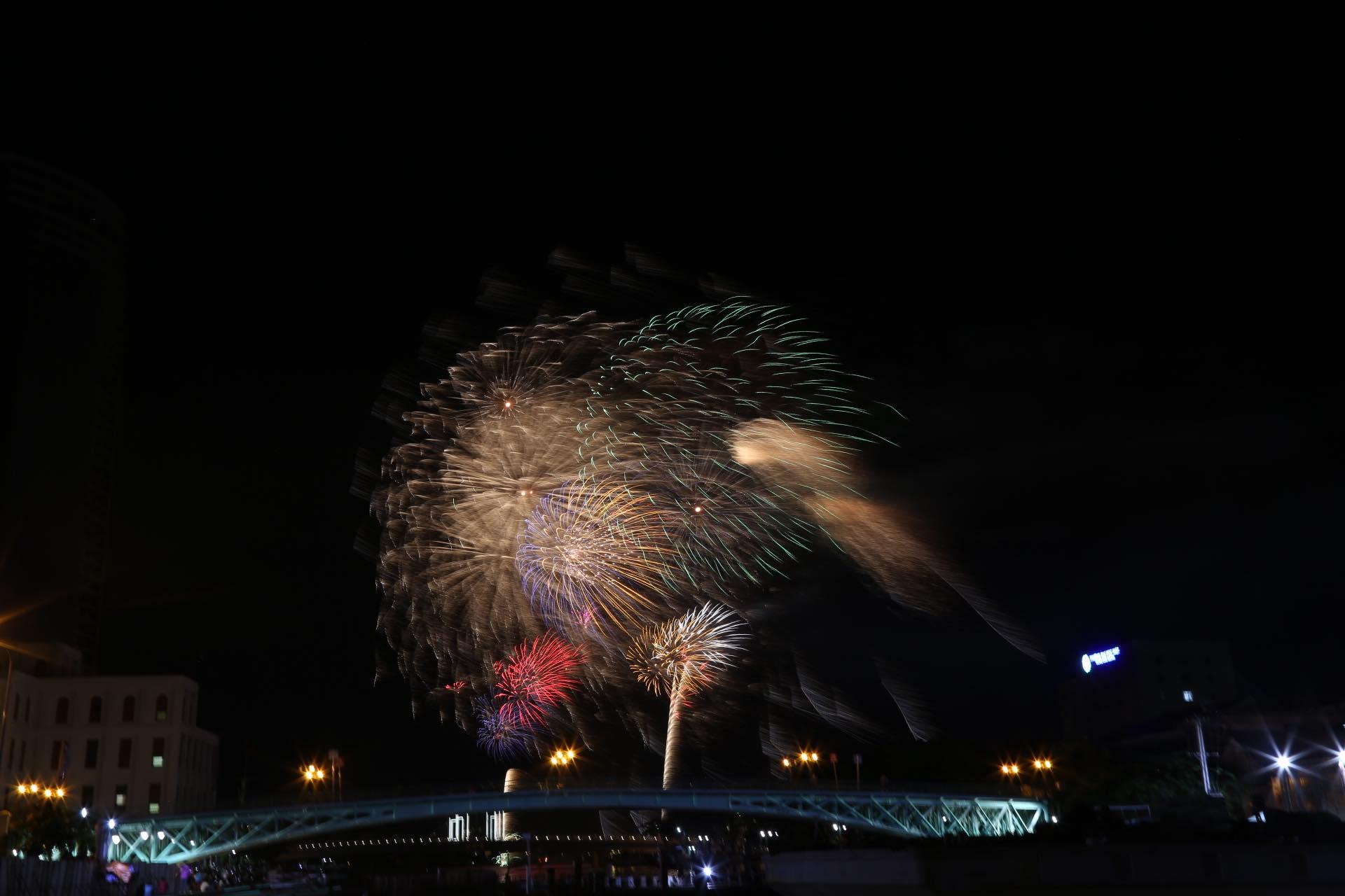 Hàng triệu người dân Sài Gòn xuống phố đón màn pháo hoa rực rỡ mừng năm mới 2019 - Ảnh 10