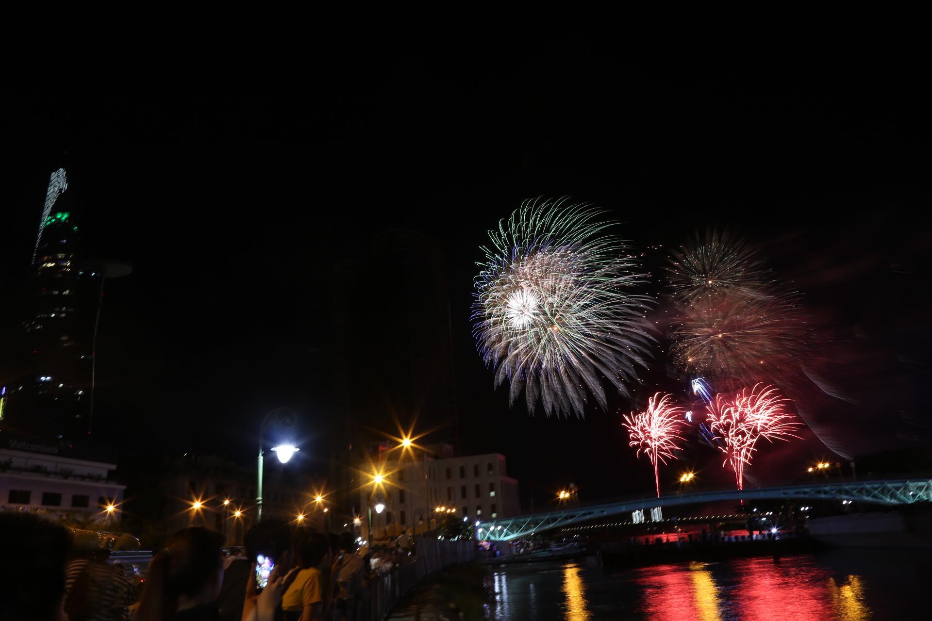 Hàng triệu người dân Sài Gòn xuống phố đón màn pháo hoa rực rỡ mừng năm mới 2019 - Ảnh 9