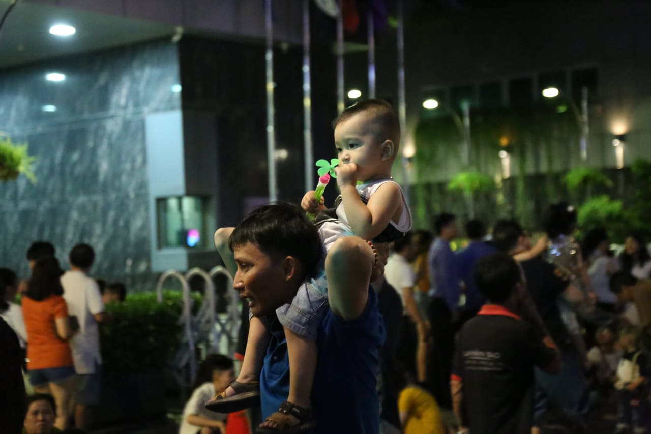 Hàng triệu người dân Sài Gòn xuống phố đón màn pháo hoa rực rỡ mừng năm mới 2019 - Ảnh 21