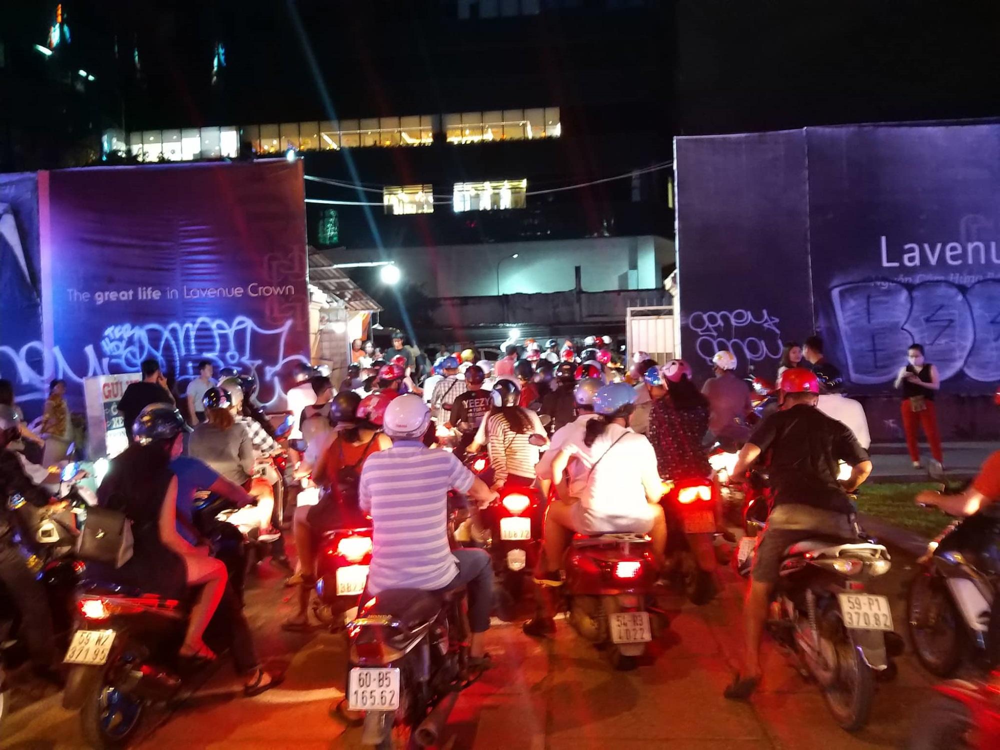 Hàng triệu người dân Sài Gòn xuống phố đón màn pháo hoa rực rỡ mừng năm mới 2019 - Ảnh 22