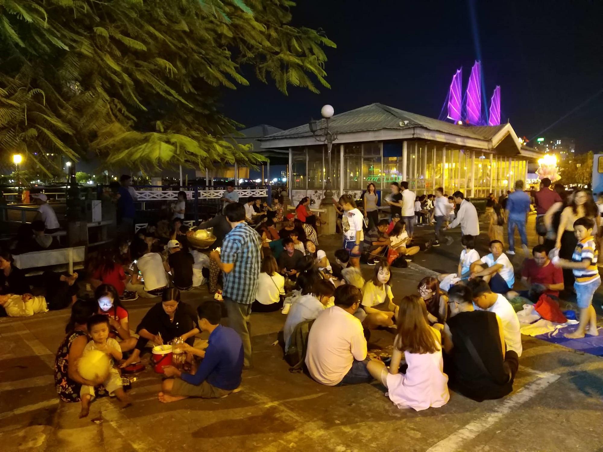 Hàng triệu người dân Sài Gòn xuống phố đón màn pháo hoa rực rỡ mừng năm mới 2019 - Ảnh 23