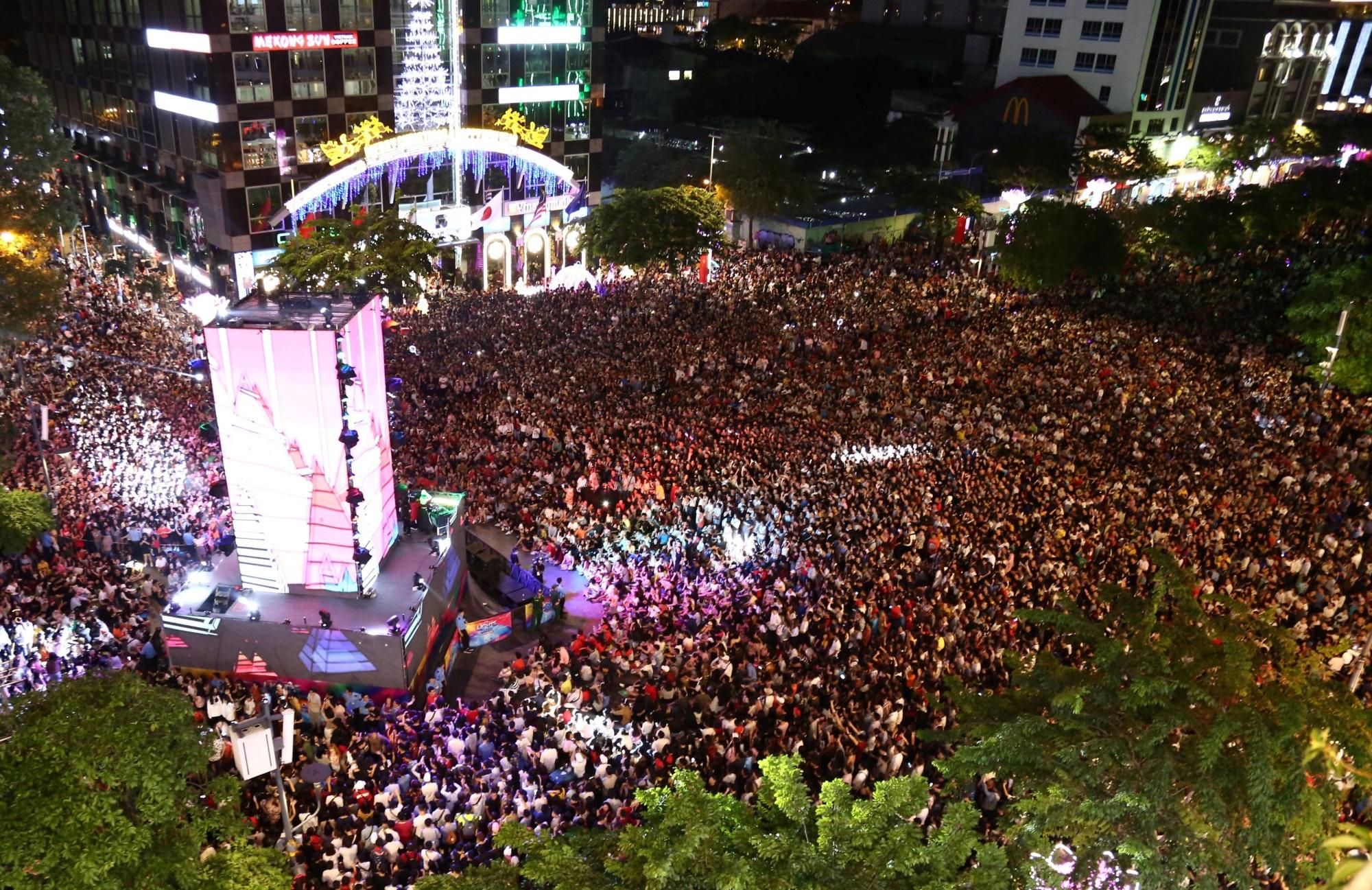 Hàng triệu người dân Sài Gòn xuống phố đón màn pháo hoa rực rỡ mừng năm mới 2019 - Ảnh 24