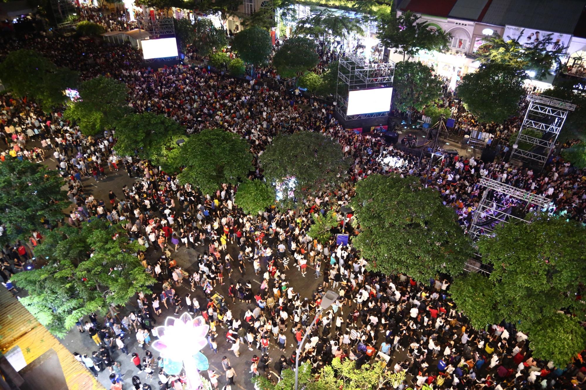 Hàng triệu người dân Sài Gòn xuống phố đón màn pháo hoa rực rỡ mừng năm mới 2019 - Ảnh 26