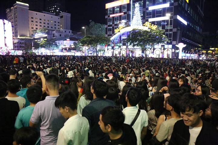 Hàng triệu người dân Sài Gòn xuống phố đón màn pháo hoa rực rỡ mừng năm mới 2019 - Ảnh 27