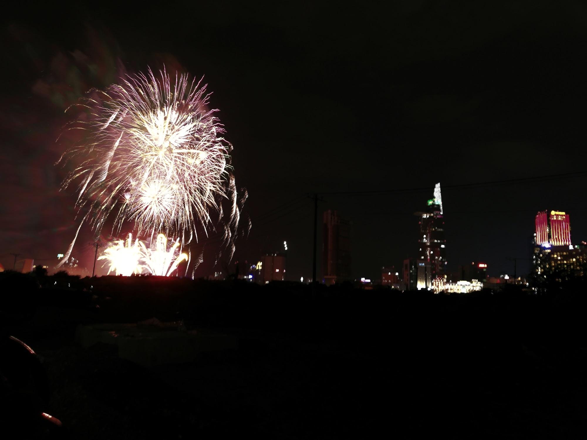 Hàng triệu người dân Sài Gòn xuống phố đón màn pháo hoa rực rỡ mừng năm mới 2019 - Ảnh 4
