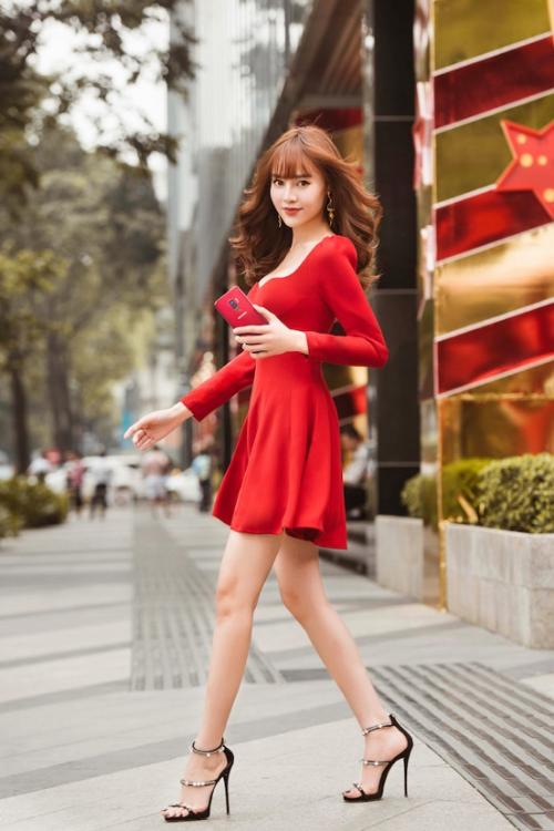 Sao Việt chuộng trang phục vang đỏ và sắc vàng chói lóa cho mùa lễ hội chào năm mới - Ảnh 2