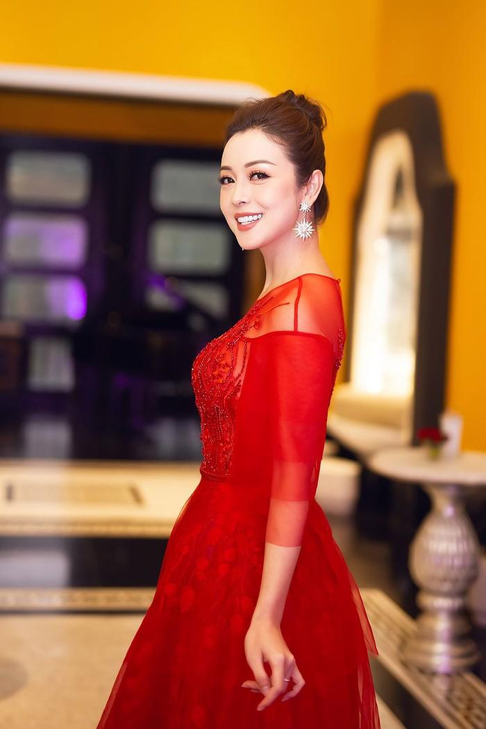 Sao Việt chuộng trang phục vang đỏ và sắc vàng chói lóa cho mùa lễ hội chào năm mới - Ảnh 6