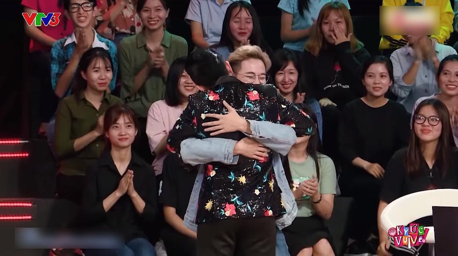 Nam ca sĩ dành tặng cái ôm tình cảm cho đàn em sau những chia sẻ xúc động.