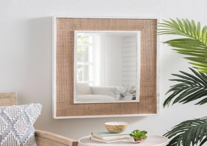 Đặt gương nhỏ trên tường để phản chiếu lại đồ ăn thức uống, mang ý nghĩa bữa ăn dồi dào, sự sung túc của gia đình.