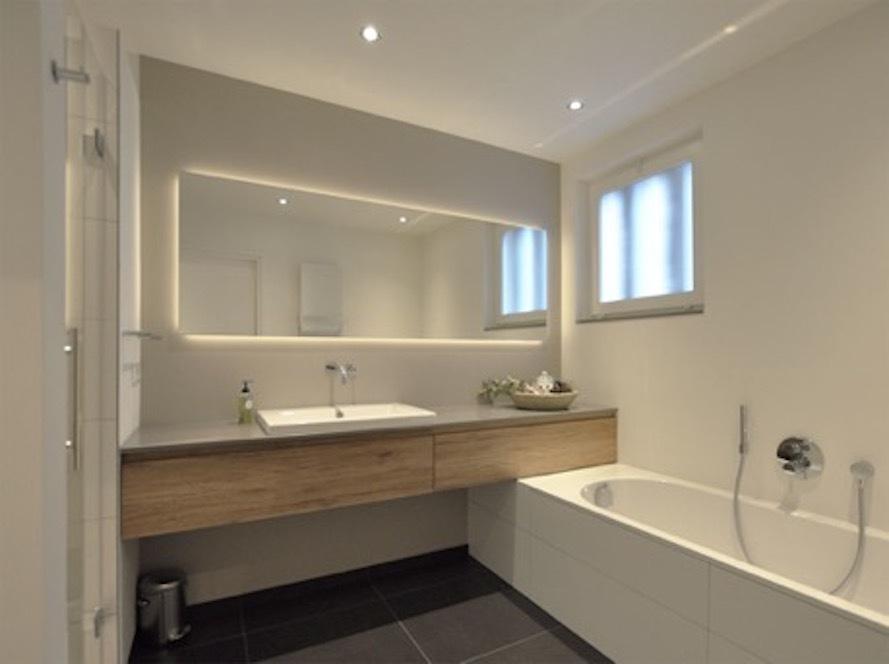 Nên đặt gương trong nhà tắm để mang lại sự tiện lợi.